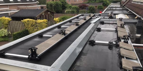 12 Full Black zonnepanelen geplaatst op een plat dak, te Opheusden.